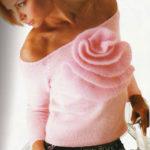 Нежный розовый пуловер с цветком