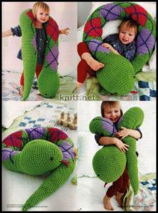 Подушка-змея крючком