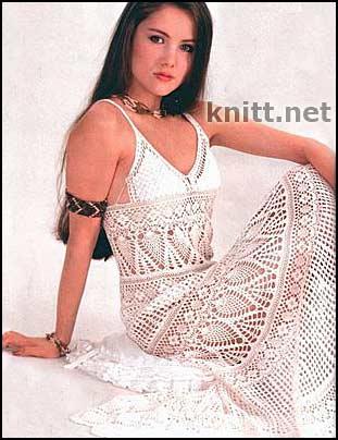 Красивое простое платье украшено ажурным кружевом - это придает изделию...