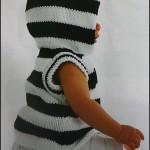 Вязанный спицами жилет в полоску для ребенка