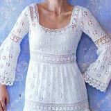 Белое вязанное платье