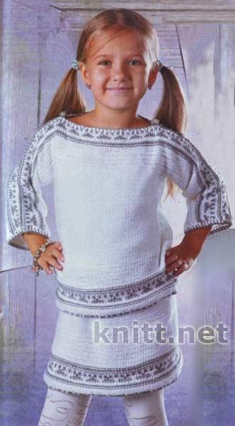 белый вязаный спицами костюм с орнаментом для девочки