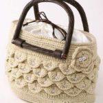 Бежевая сумка с чешуйками и бусинами