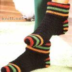 Вязанные носочки с разноцветными полосками