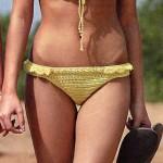 Желтый купальник с ажурным узором