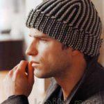 Мужская вязаная спицами шапка в полоску