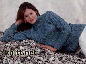 Темно-голубой пуловер с косами
