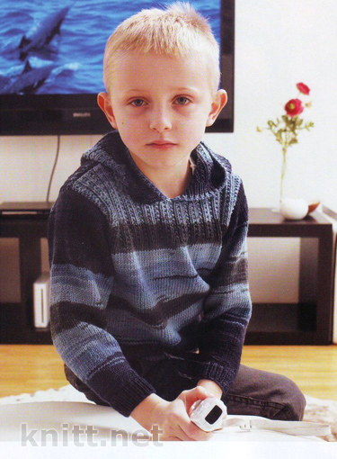вязаный спицами джемпер с капюшоном для мальчика
