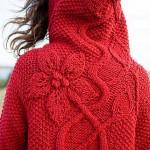 Красное пальто с капюшоном декорировано крупными цветами