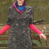 Вязаное спицами платье с косами