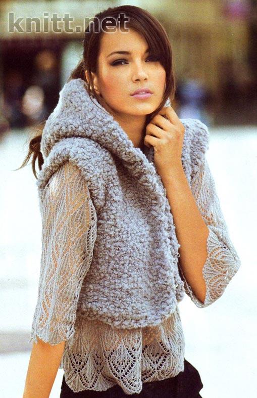 Вязаный комплект: пуловер и жилет с капюшоном спицами