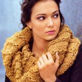 Вязаный спицами объемный шарф-воротник