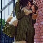 Удлиненное пальто, шапочка и сумка спицами (декорировано мехом)