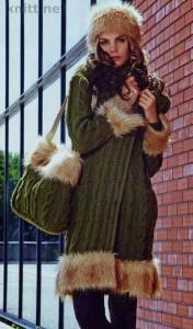 Удлиненное пальто, шапочка и сумка вязаные спицами декорировано мехом