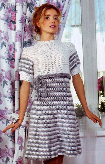 Вязаное крючком серо-белое платье