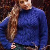 Вязаный спицами синий укороченный пуловер