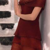 Платье каштанового цвета связано спицами лицевой гладью в три слоя