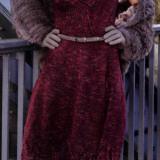 Красивое платье винного цвета подчеркивает силуэт и создает прекрасное игривое настроение своей обладательнице. Внизу декорировано легким ажуром.