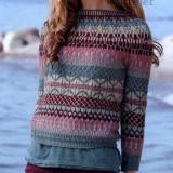 """Чудесный короткий пуловер в стиле """"бохо"""" выполнен жаккардовым узором в направлении сверху вниз."""