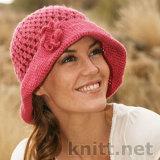 Красивая ажурная шляпка выполнена крючком для женщин, гармоничный узор почеркивается декоративным романтичным цветком.