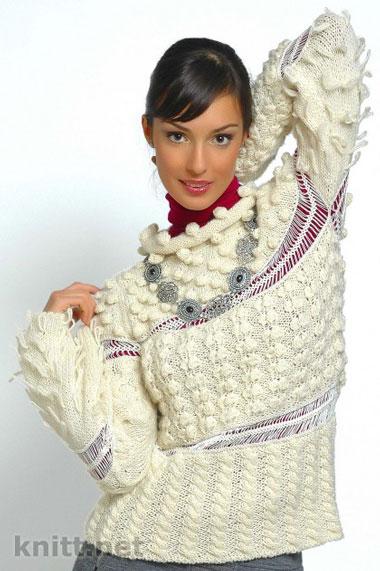 Интересный  пуловер   в котором  гармонично сочетаются разные узоры и техники вязания- вязание на вилке и вязание спицами. Объемные детали в сочетании с ажурными элементами придают пуловеру особую изысканность и глубину.