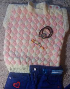 Красивая безрукавка на девочку 3-х лет, связанная спицами в технике энтерлак. Выполнена из мягкой пряжи двух цветов понравится ребенку.