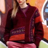 Вязаный спицами пуловер с применением жаккардовой техники отличный выбор для молодежи. Интересный дизайн смешение цветов и фактур смотрится современно и броско.