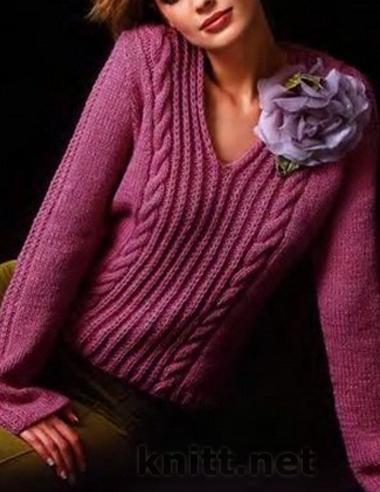 Женский пуловер  цвета  сиреневого цвета с V-образным вырезом горловины декорирован косами и полосками. Модель простая и  и в то же время элегантная и наполненная деталями. Модель для повседневной жизни.