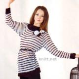 Пуловер с полосками выполнен спицами из тонкой черно-белой пряжи. Модель для повседневной носки, декорирована цветами и листиками.