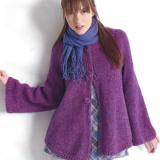 Фиолетовый кардиган связан спицами из приятной на ощупь пряжи содержащей акрил, мохер и шерсть альпаки. Модель смотрится как маленькое пальто свободного кроя- это модный акцент вашего гардероба.