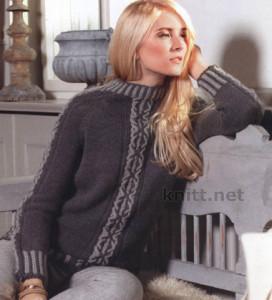 Пуловер реглан с рисунком выполнен спицами с использованием двух цветов пряжи: серого и черного. Узор на рукавах и спереди придает романтичное настроение в прохладный день, а крой реглан визуально скрадывает плечи. Женственная и нежная вещь.