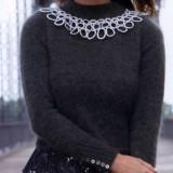 Пуловер с украшением в виде колье