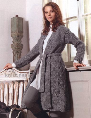 Вязаное спицами пальто с