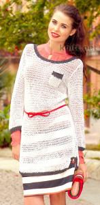 Удлиненный пуловер выполнен из пряжи белого цвета. Край пуловера выполнен контрастным цветом антрацит. Простая и лаконичная модель