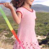 Детское платье с простым цветочным мотивом смотрится легко и ярко.