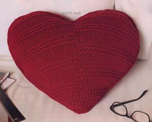 Подушка сердце может стать маленьким подарком ко Дню влюбленных или просто украсить ваш интерьер.
