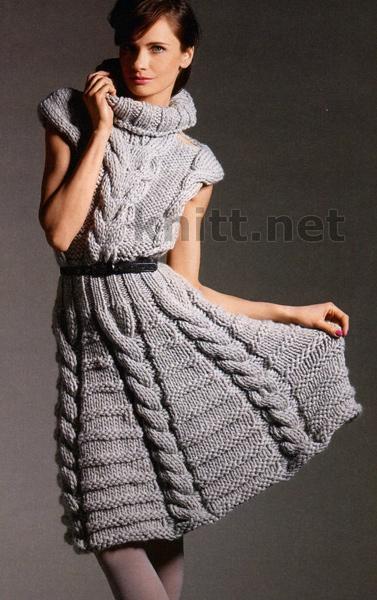 Платье с косами и высоким воротником