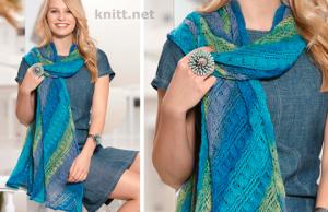 Вязаная спицами шаль в синей гамме
