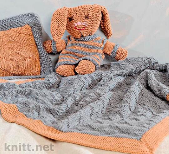 Покрывало, подушка и вязаный зайка