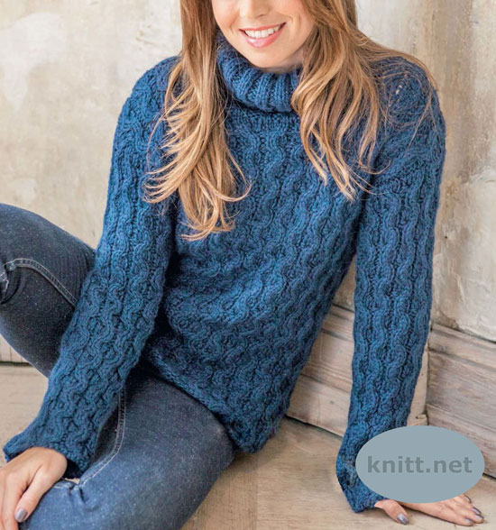 Синий пуловер с косами