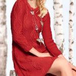 Вязаное спицами красное платье с косами