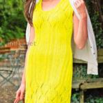 Вязаное спицами лимонно-желтое платье