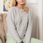 Вязаный одним полотном пуловер с рельефными цветами