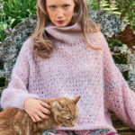Вязаный ажурный пуловер пудрового цвета