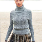 Вязаный на спицах женский свитер с ажурным узором