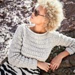 Короткий рельефный пуловер спицами