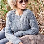 Вязаный пуловер спицами полупатентным узором